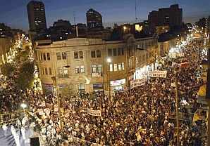 Tens of thousands of Jewish settlers and their backers fill Zion Square in downtown Jerusalem as they demonstrate Sunday Sept. 12, 2004. (AP)