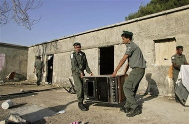 Israeli border police officers remove an oven from a house in the unauthorized Jewish settlement outpost of Shvut Ami, Thursday, Nov. 15, 2007. (AP)